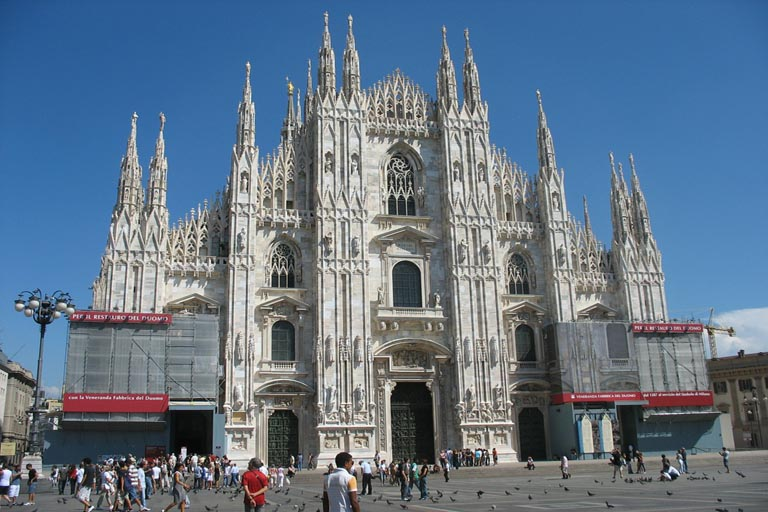 Duomo di Milan: A Gothic-Style Cathedral in Italy